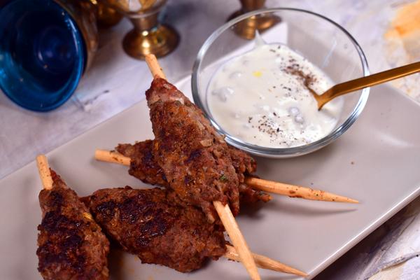 Kebab marroquí con salsa de yogur y pepinillos