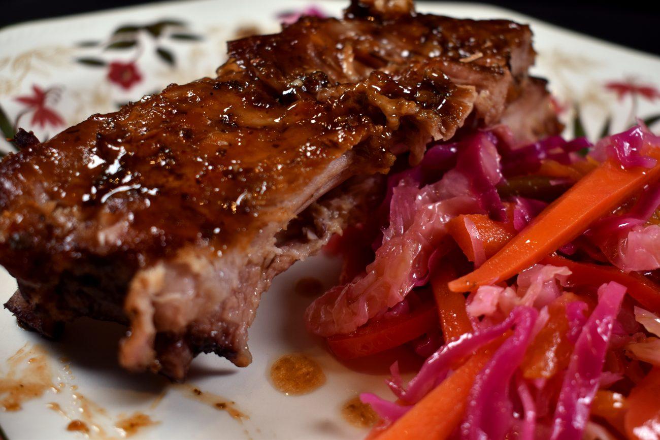 Costillas de cerdo a baja temperatura, con verduras encurtidas