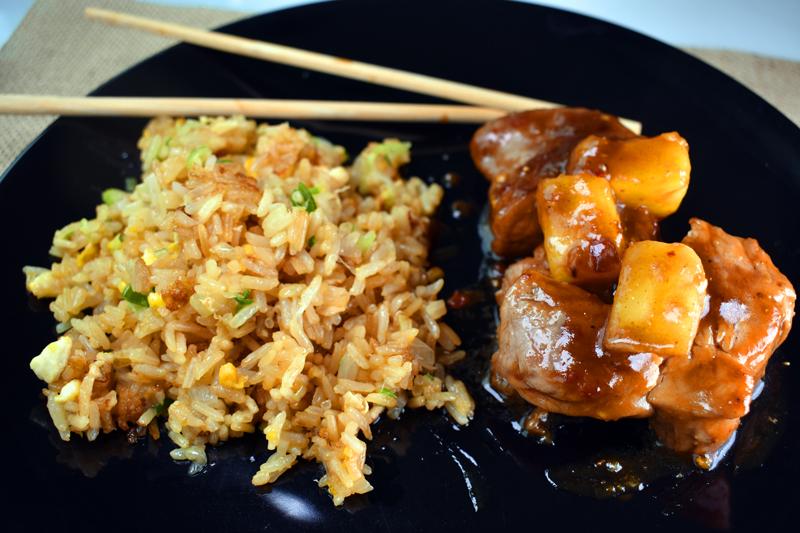 Cerdo Char siu, y arroz frito Khaw phad.